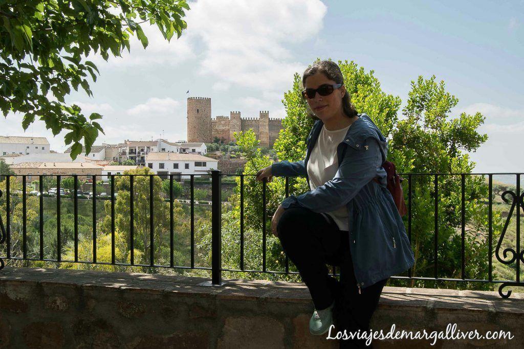 Margalliver con el castillo Burgalimar de fondo en Baños de la Encina - Los viajes de Margalliver